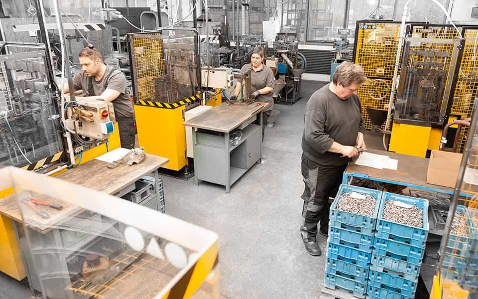 Facharbeiter beim Drahtbiegen in der Produktionshalle