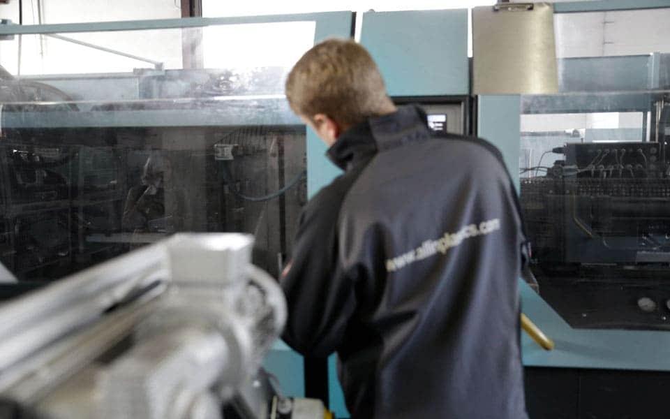 Facharbeiter an der Kunststoffspritzgussmaschine